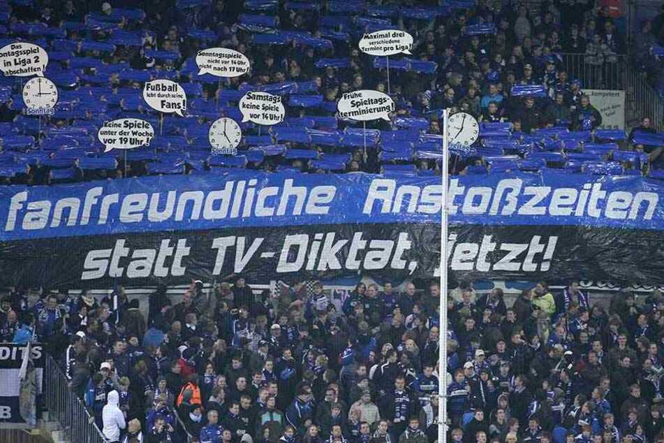 Seit Jahren protestieren die Fans von Zweitligisten, wie hier Arminia Bielefeld, gegen die Montagsspiele und haben nun endlich Erfolg damit.