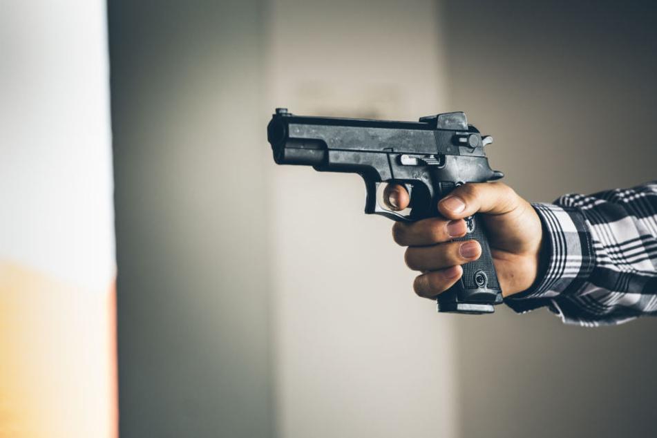 Mit einer Pistole bedrohte der Mann seine Nachbarn. (Symbolbild)