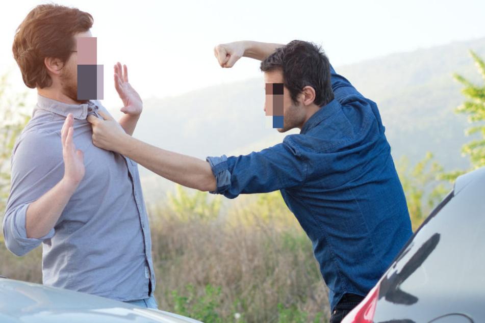 Ausgebremst: Wilde Prügelei mitten auf der Straße