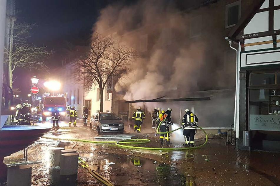 Feuerwehrleute löschen den Brand in Westerkappeln.