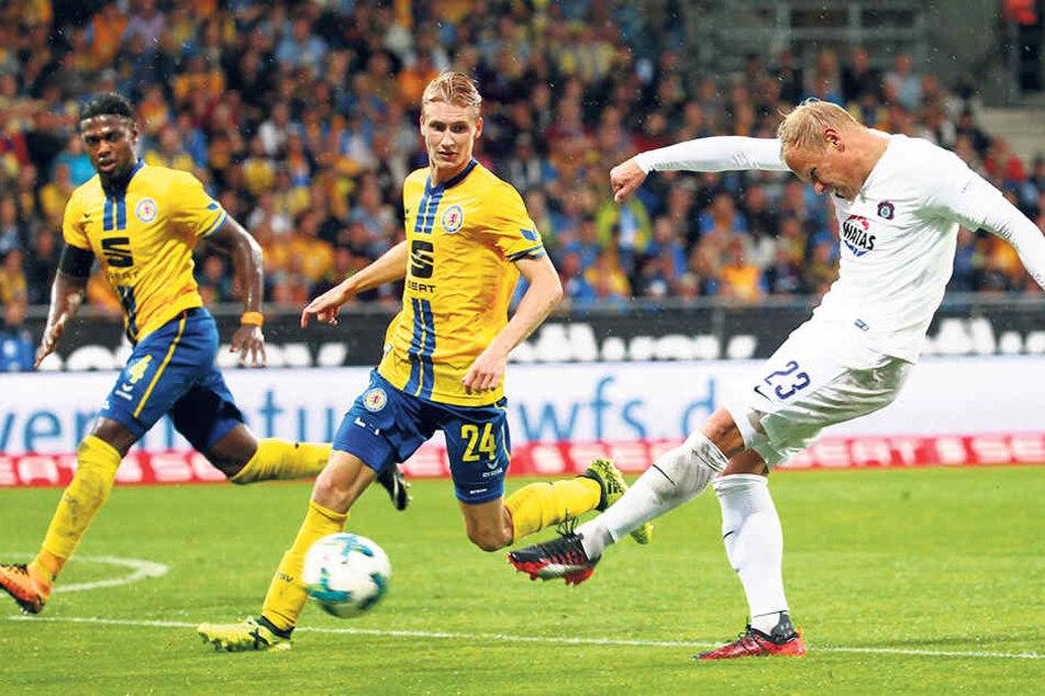 Und das war sie, die Möglichkeit zum 2:1: Sören Bertram (r.) zieht vor Maxi Sauer und Joseph Baffo (l.) ab. Eintracht-Keeper Jasmin Fejzic parierte den Ball stark.