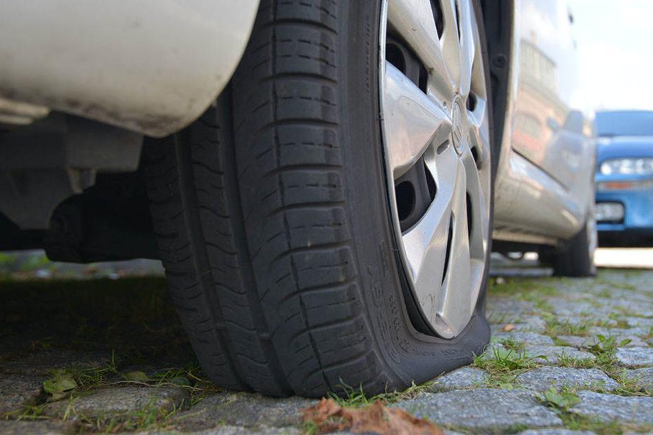 Ein Chemnitzer soll an der Bierbrücke alle vier Reifen an diesem Citroen zerstochen haben.