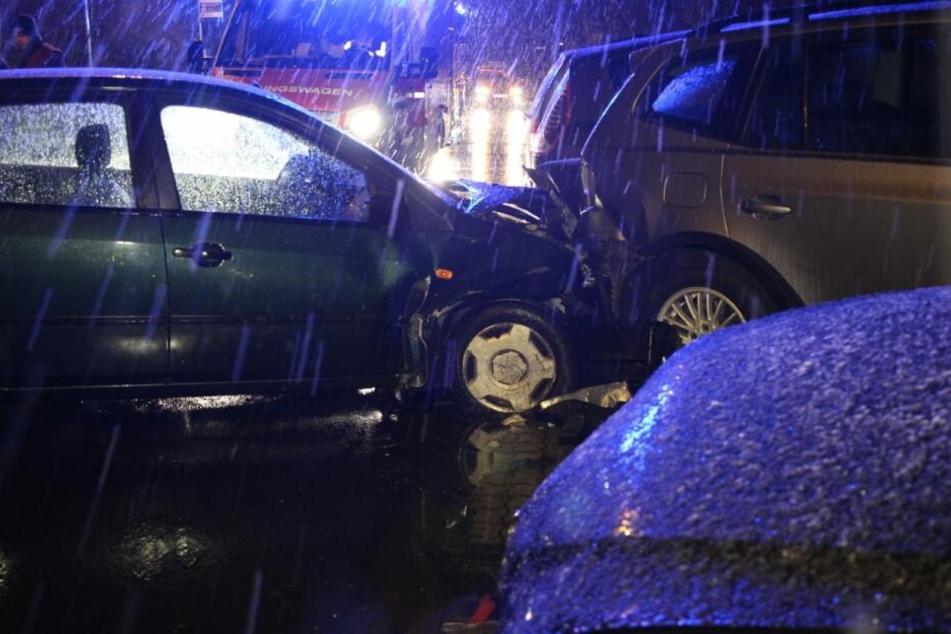 Auto kracht in vollen Parkplatz: Fahrerin verletzt