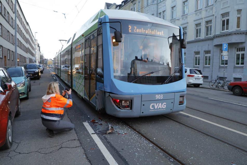 Eine CVAG-Mitarbeiterin dokumentiert den Unfall. Die Tram war eines der wenigen öffentlichen Verkehrsmittel, die überhaupt fuhren.