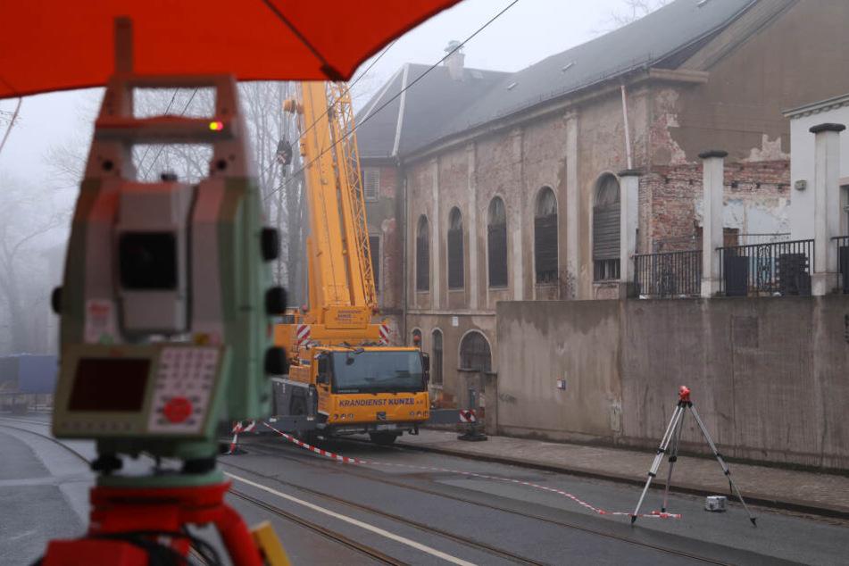 Der Speisesaal des Gebäudes droht einzustürzen, die Bautzener Landstraße musste seit Freitag voll gesperrt werden. Noch ist nicht klar, wie es weitergeht.