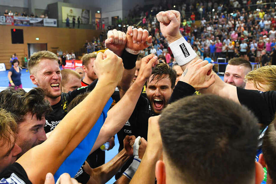 Die Fäuste sind geballt! Die Dresdner Handballer feiern ihren hart erkämpften Heimsieg zum Saisonauftakt gegen Eisenach.