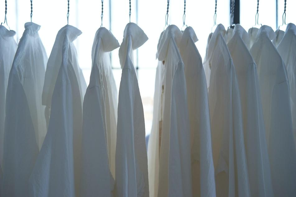 Blaue Tinte für vergilbte Wäsche: Hilft das wirklich?