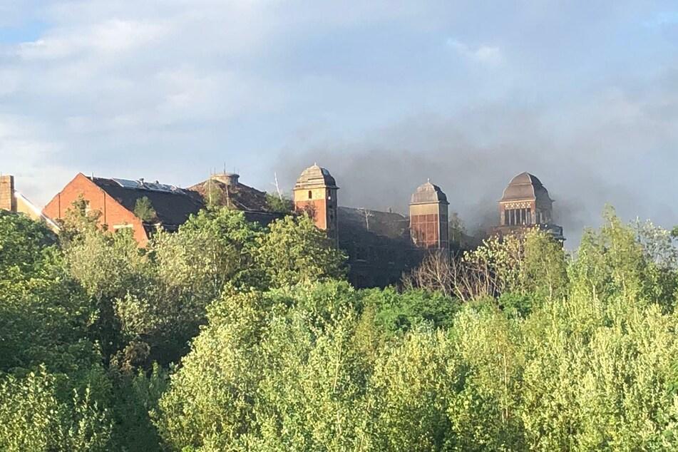 Der entstandene Rauch zog über die Fabrik hinweg.