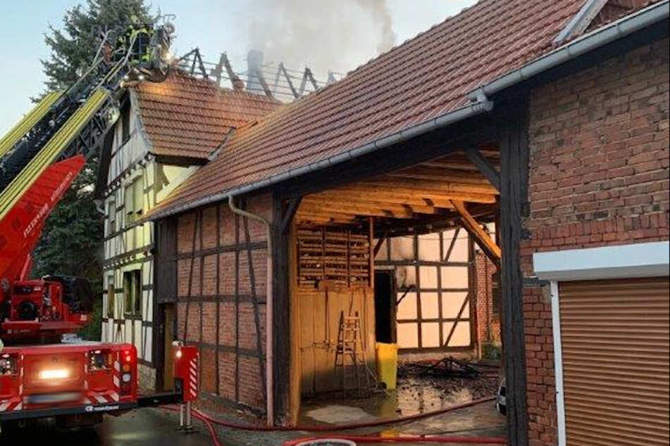 Die Feuerwehr beim Löschen des Brands.