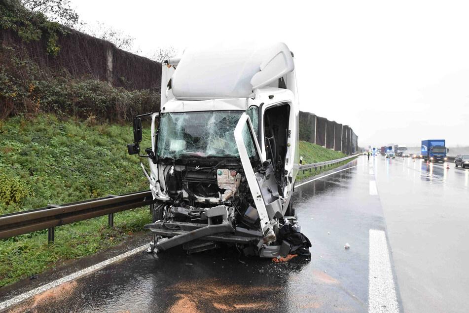 Zur Unfallaufnahme wurde die A4 in Richtung Aachen bis auf eine Spur gesperrt. Es hat sich ein langer Rückstau gebildet.