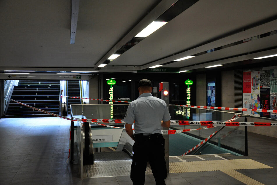 Der Bereich mit den Blutspuren im Hauptbahnhof Süd ist abgesperrt.