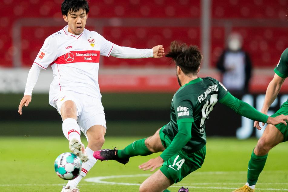 Intensives Match: Augsburgs Jan Moravek (r.) mit einer Monstergrätsche gegen VfB-Mann Wataru Endo.