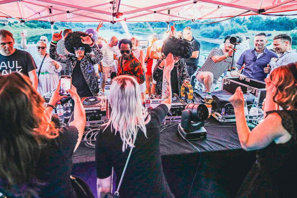 Während Disco Dice auflegten und live performten, heizte Rix Rax die Meute an.
