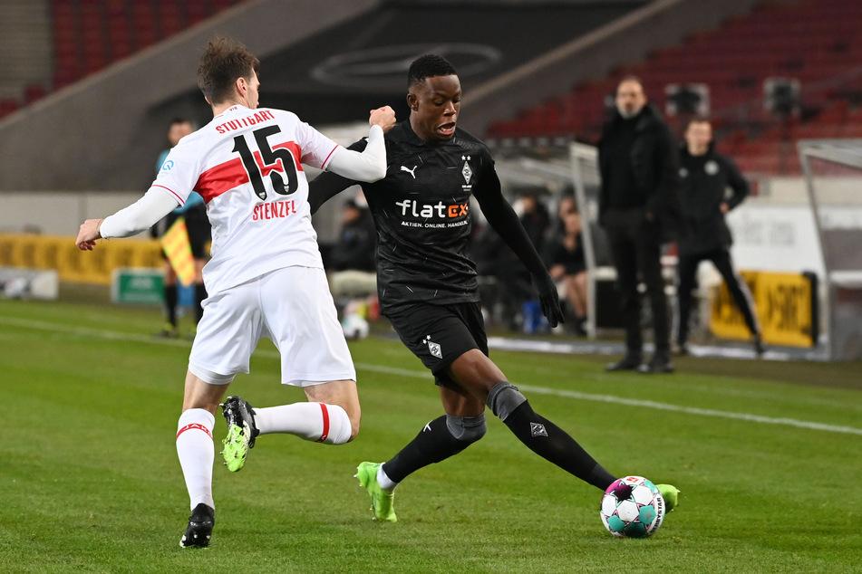 In der vergangenen Klub-Saison kam Denis Zakaria (24, r.) auf insgesamt 32 Pflichtspieleinsätze, wie hier gegen Stuttgarts Pascal Stenzel (25).