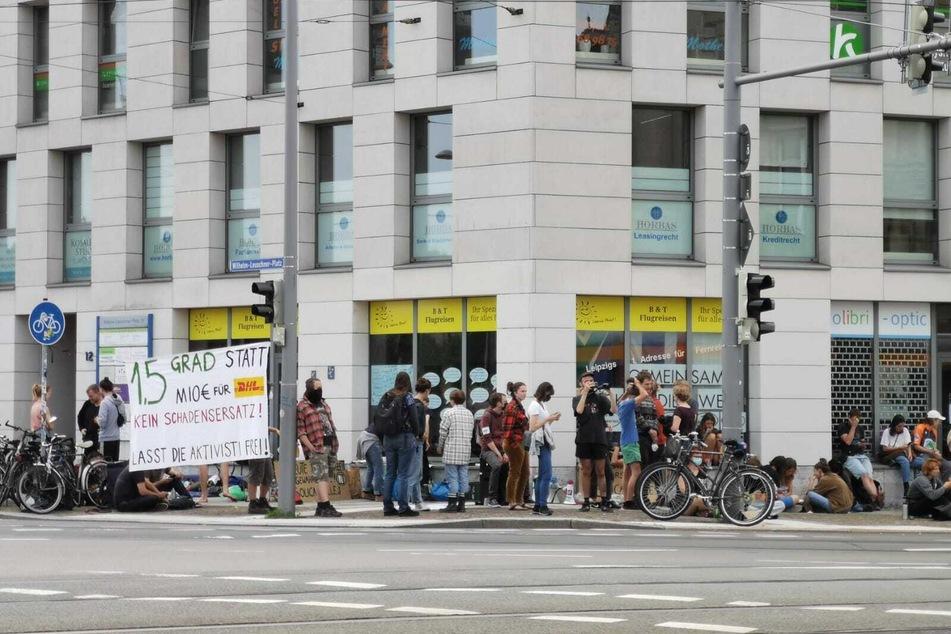 Rund 100 Demonstranten hatten sich am Sonntagmorgen vor der Polizeiwache in der Dimitroffstraße versammelt.