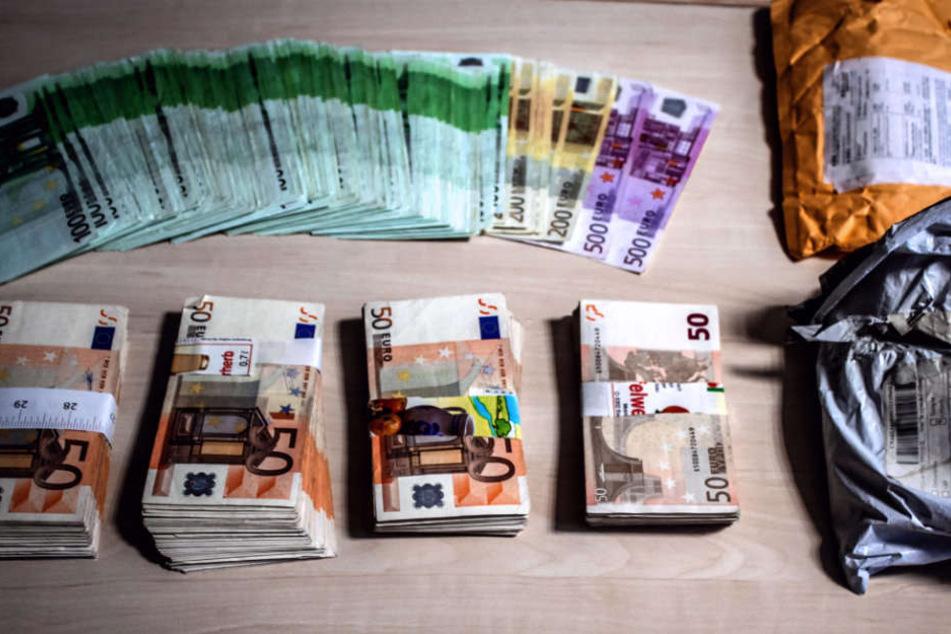 Über 90.000 Euro Bargeld stellten die Beamten sicher.