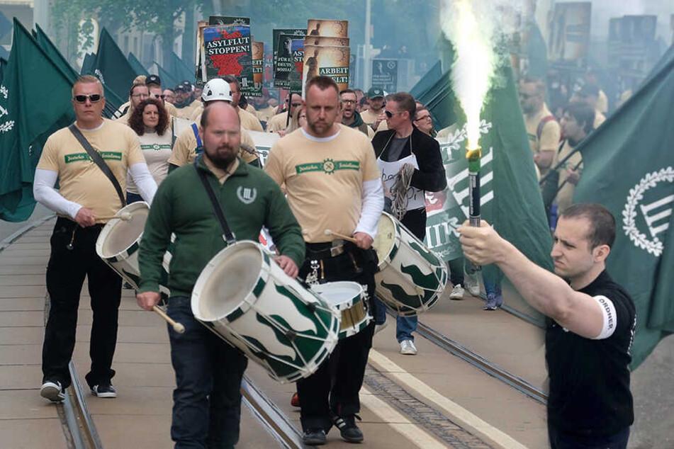 In Uniform und mit Fackeln: Linke wollen Aufklärung zu Neonazi-Marsch