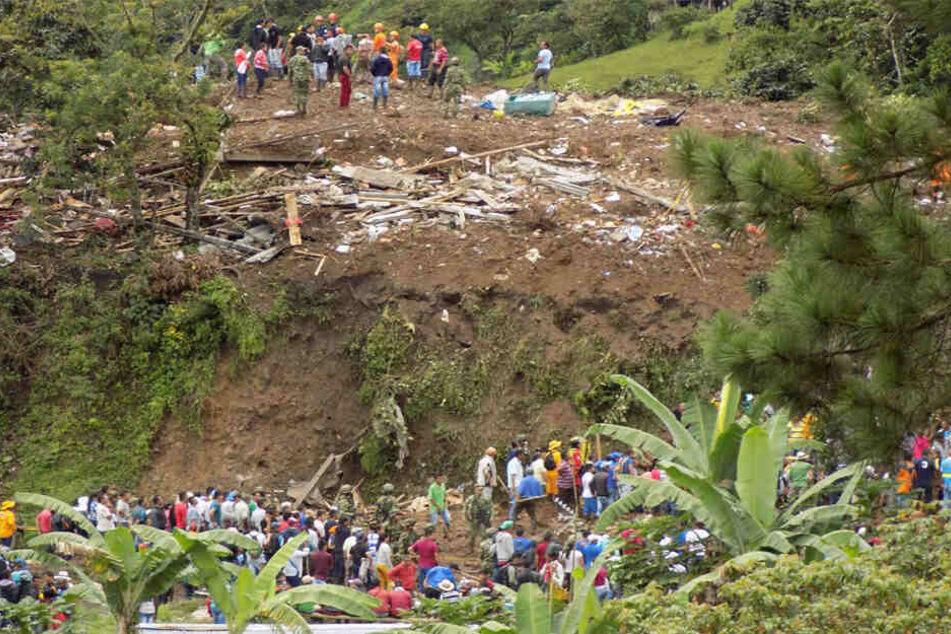 Menschen suchen nach vermissten Personen nach dem Erdrutsch.