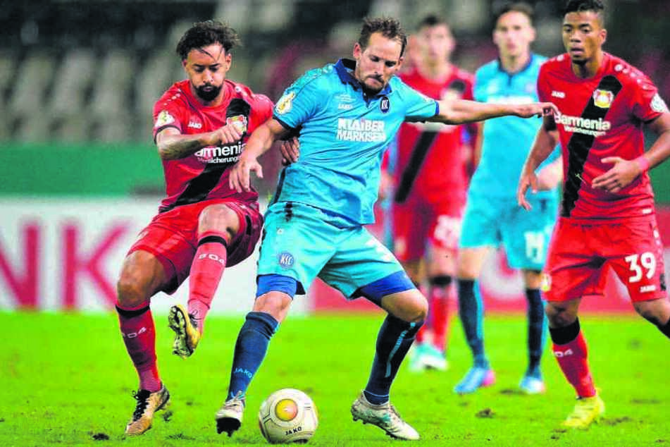 Anton Fink, im KSC-Trikot vor dem Leverkusener Karim Bellarabi (l.) am Ball,  hinterließ eine große Lücke. 197 Drittligaspiele bestritt er für den CFC, schoss  86 Tore.
