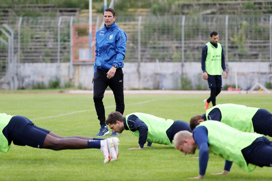 CFC-Trainer Patrick Glöckner beobachtet die Erwärmung seiner Jungs. Noch zwei Tage, dann vollziehen die Himmelblauen in Würzburg gegen Jena.
