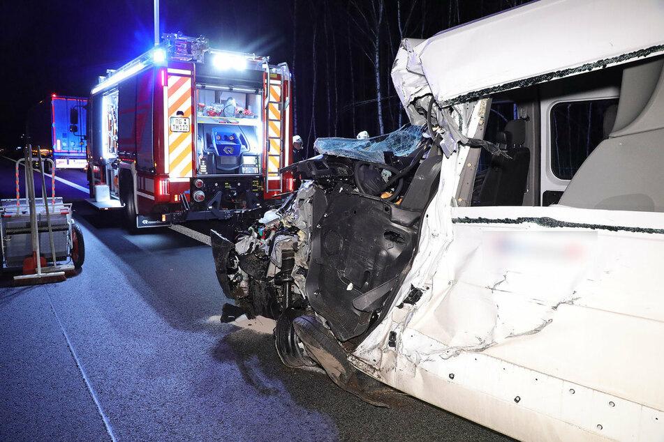 Heftiger Unfall auf der A13: Kleintransporter kracht gegen Lkw!