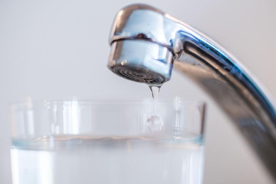 Das Trinkwasser muss weiterhin abgekocht werden. (Symbolbild)