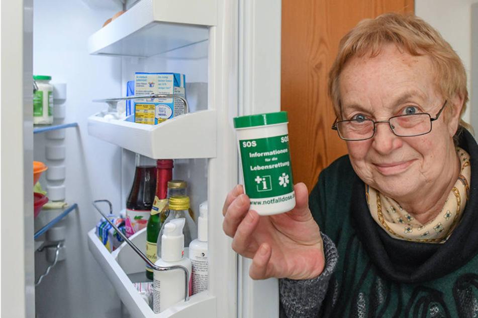 Rentnerin Doris Voll (64) mit der unscheinbaren Dose, die Leben retten kann.