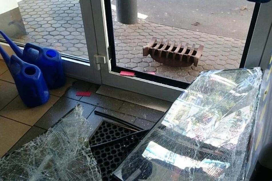 Mit dem Gullydeckel zertrümmerten die Einbrecher die Glasscheibe der Eingangstür, bevor sie sie aus dem Türrahmen heraustraten.