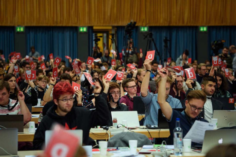 Delegierte stimmen auf dem Bundeskongress der Jusos ab.