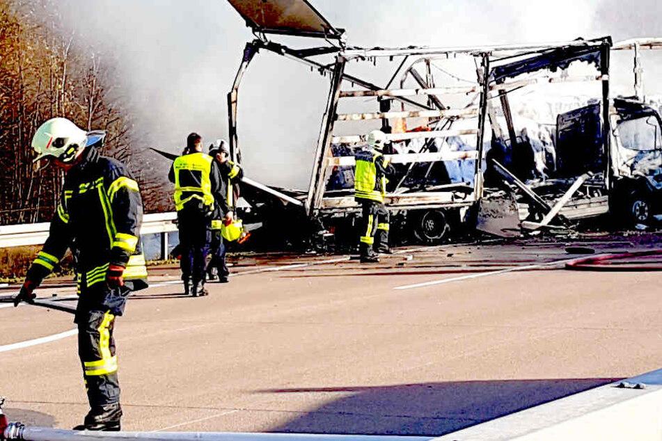 Zwei Laster ausgebrannt: Ein Toter bei Massencrash auf Autobahn!