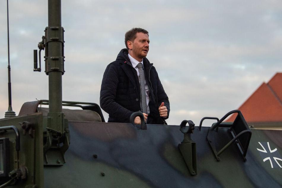 Auch einen Transportpanzer Fuchs sah sich der Ministerpräsident an.