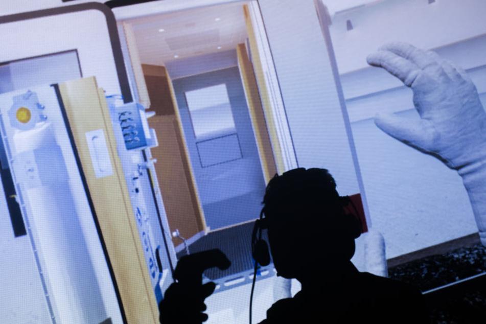 Ein Techniker zeigt bei einer Schulung mit Virtual Reality die Bedienung eines eingebauten Hublifts an den Türen eines ICE4 für Reisende mit Rollstuhl.