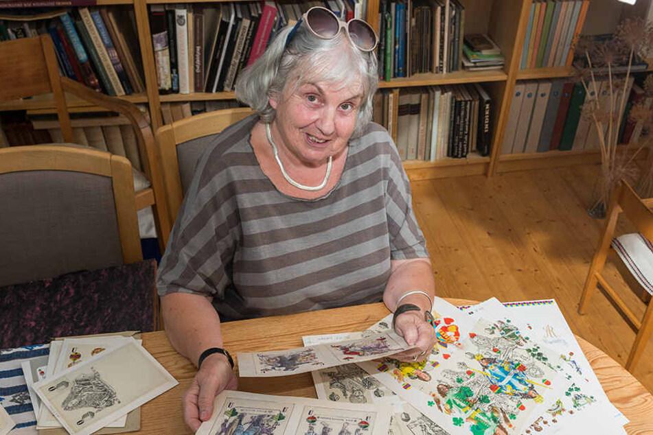 Sabine Meyer (74), Tochter des Künstlers, mit den Original-Zeichnungen des Skatspiels.