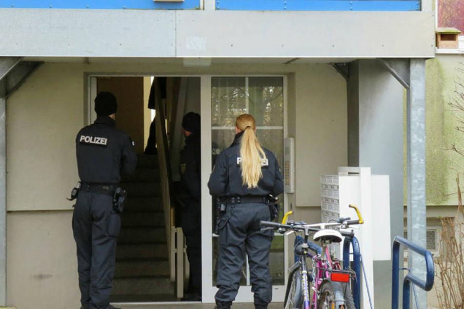 Polizisten stehen am Dienstag vor dem Wohnhaus des Syrers. Am Mittwoch wurde der Verdächtige wieder freigelassen.