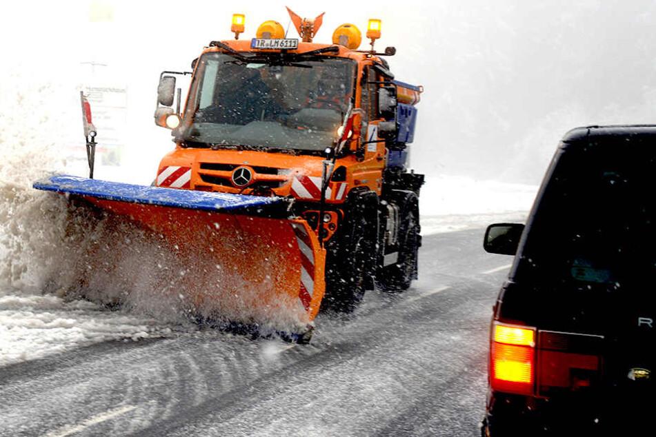 Ein Räumfahrzeug beseitigt am Sonntag auf der L164 auf dem Erbeskopf (816m) den Schnee von der Fahrbahn.
