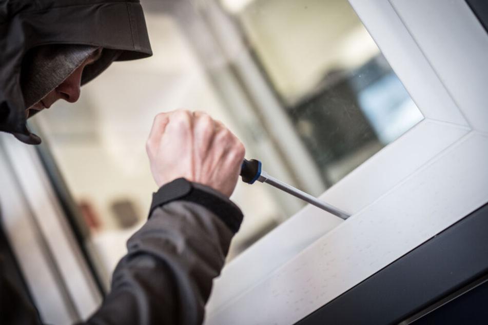 Ein Mann demonstriert in der Beratungsstelle, wie Einbrecher Fenster aufhebeln. (Symbolbild)