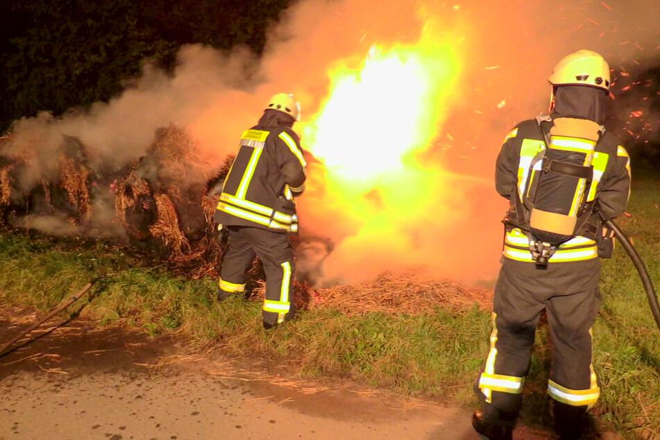 Die Einsatzkräfte der Feuerwehr konnten den Brand schnell unter Kontrolle bringen und die acht brennenden Strohballen löschen.