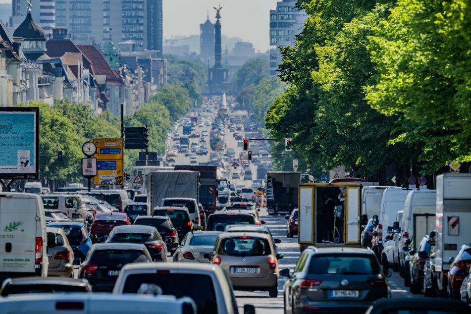 Straßenverkehr in Berlin: Autos, Lastwagen und Lieferfahrzeuge fahren auf dem Kaiserdamm in der Hauptstadt stadteinwärts.