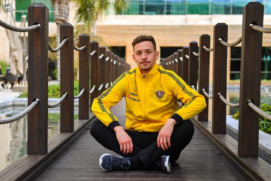 Jannik Müller entspannt auf einem Steg im Winter-Trainingslager in der Türkei. Seine Vertragsverlängerung bei Dynamo schien damals nur noch eine Frage der Zeit.