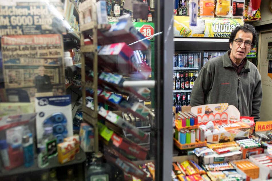 Modjtaba Zare-Hamedani (63) betreibt einen Kiosk in der Nähe des Kölner Doms und hat Ärger mit Wildpinklern.