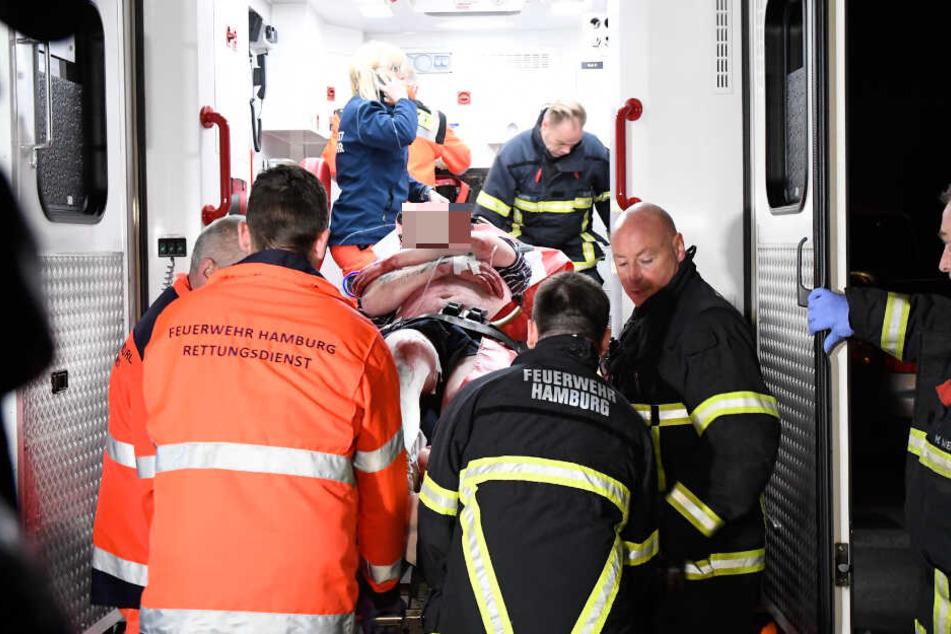 Einer der Verletzten wurde in ein Krankenwagen transportiert.