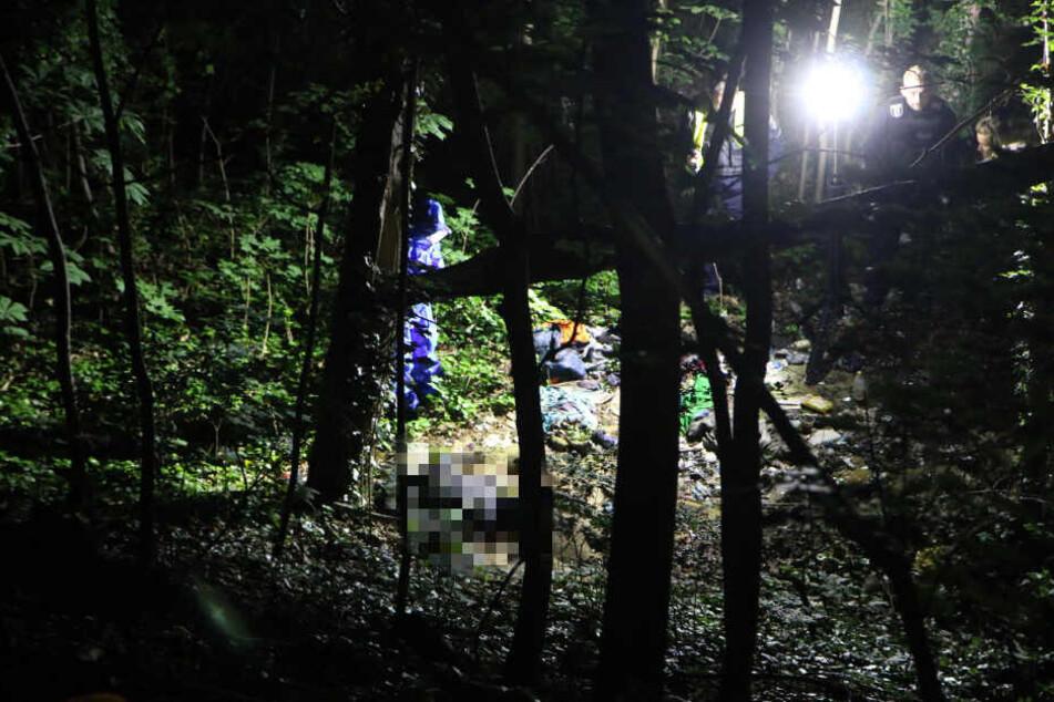 Einsatzkräfte leuchten den Bereich aus.