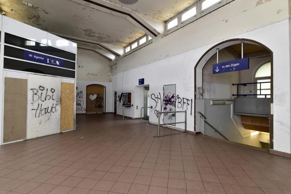Die Eingangshalle ist übersät mit Schmiereien.