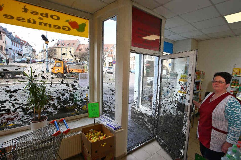 Der Laden von Steffi Gloßmann ist vollkommen mit Schlamm bespritzt.