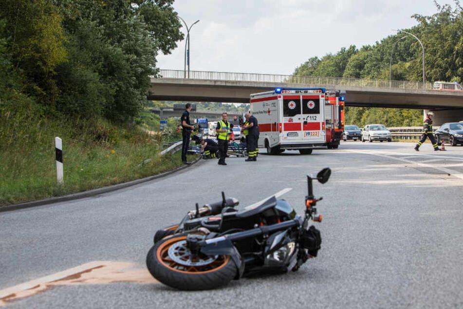 Der Motorradfahrer stürzte bei dem Versuch dem Unfallfahrzeug auszuweichen.