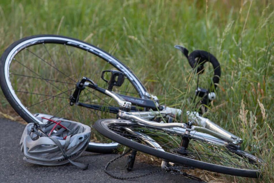 Das Fahrrad nach dem Unfall am Straßenrand.