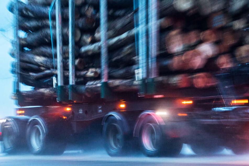 Die Autofahrerin ist in Niederbayern mit einem Holzlaster kollidiert. (Symbolbild)