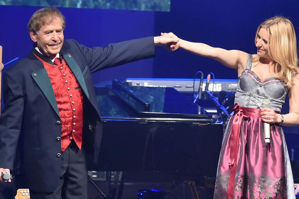 Eberhard Hertel mit seiner Tochter Stefanie auf der Bühne.