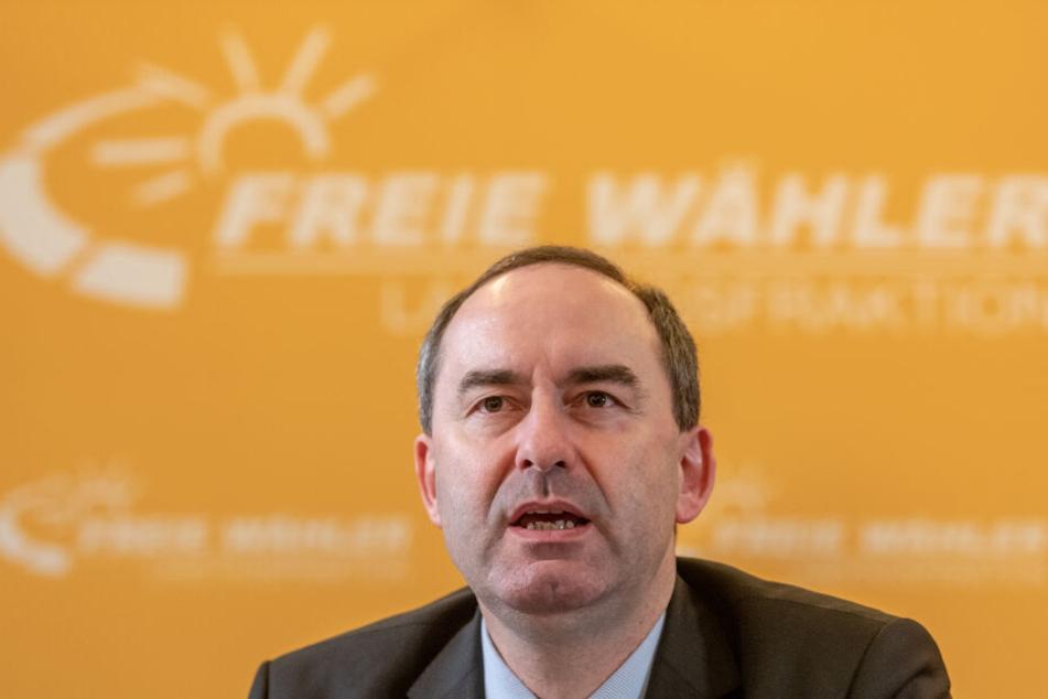 Hubert Aiwanger (Freie Wähler), stellvertretender Ministerpräsident von Bayern und Staatsminister für Wirtschaft, Landesentwicklung und Energie sucht nach Lösungen für Premium Aerotec.