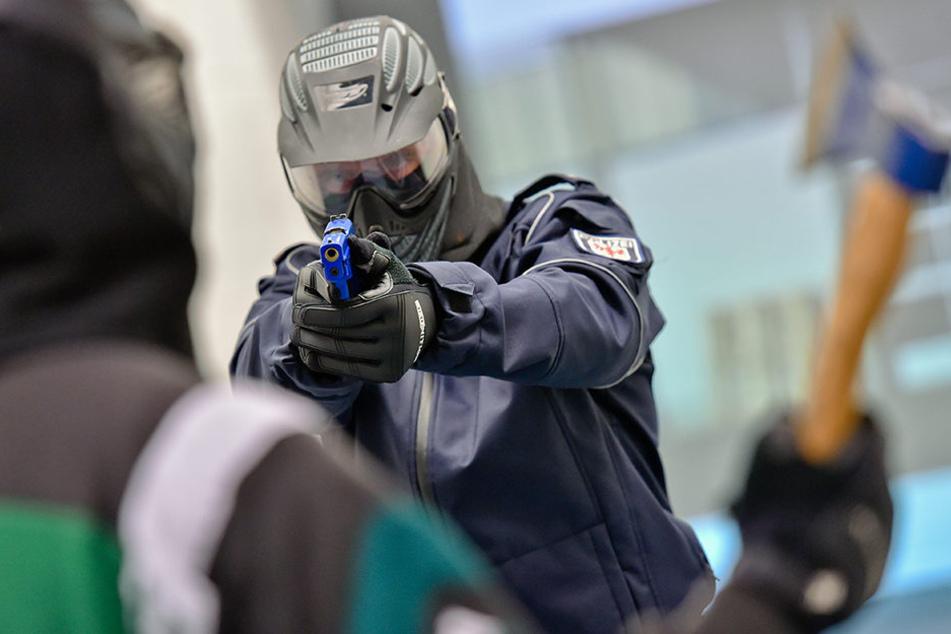 In Videosequenzen werden den Polizisten Gefahrensituationen vorgespielt. Sie müssen dann entscheiden, wie sie reagieren würden. (Symbolfoto)